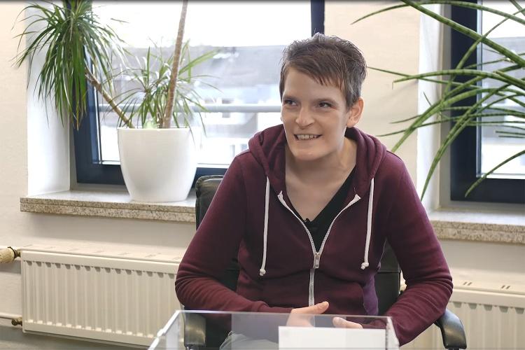 Zora Kiesow sitzt im Büro von NRW-Landesbeauftragter Claudia Middendorf.